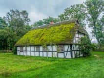 Gammal träbondgård i Kluki, Polen Royaltyfria Bilder