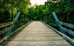 Gammal träbro över en liten vik i sydliga York County, PA royaltyfri foto