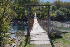 Gammal träbro över floden Trä och järn som går bron över, Rive Royaltyfri Fotografi