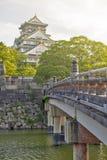Gammal träbro till Osaka Castle, Japan mest berömd historisk gränsmärke i Osaka City, Japan fotografering för bildbyråer