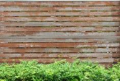 Gammal träbrun staketvägg Arkivbild