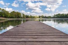 Gammal träbrygga på en lake Fotografering för Bildbyråer