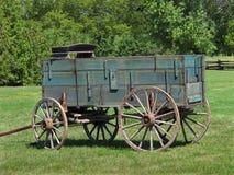 Gammal träbuckboardlantgårdvagn Arkivbild