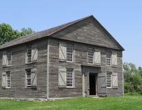 Gammal träbyggnad för två berättelse Arkivbilder