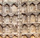 Gammal trädörr av en forntida kyrka Arkivbilder