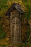 Gammal trädörr, en detalj från rekonstruerat hus av berömda viking Erik det rött på Eirikstadir Royaltyfri Bild
