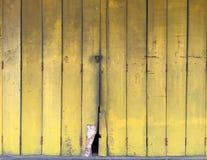 Gammal trädörr för gul färg royaltyfria foton