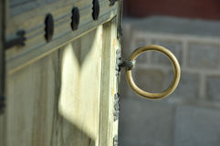 Gammal trädörr med det forntida dörr-handtaget för cirkel Royaltyfri Bild