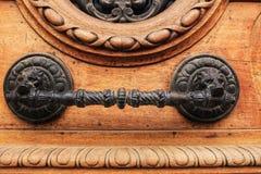 Gammal trädörr med detaljer för bearbetad metall arkivfoton