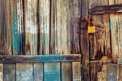 Gammal trädörr med låset Arkivfoto