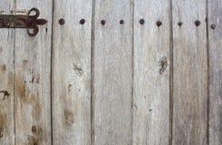 Gammal trädörr med metallbeståndsdelar Arkivfoto
