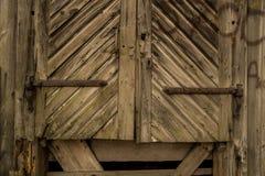 Gammal trädörr med rostiga monteringar för metall Fotografering för Bildbyråer
