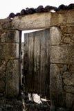 Gammal trädörr på en stenbyggnad royaltyfri bild