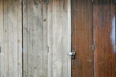 Gammal trädörr som låsas med hänglåset Arkivbild