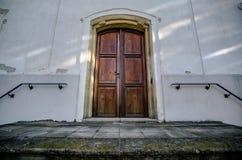 Gammal trädörr till kyrkan Royaltyfri Foto