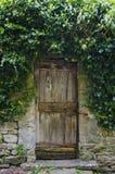 Gammal trädgårds- dörr i Cortona, Italien Royaltyfri Fotografi
