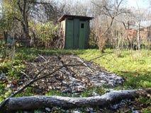 Gammal trädgårds- toalett i nedgången Royaltyfri Fotografi