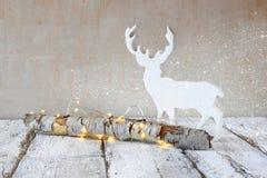 Gammal trädjournal med felika den julljus och renen på trätabellen Selektivt fokusera den retro filtrerade bilden med blänker sam Arkivfoton