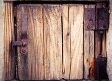 Gammal träenhetsdörr med rostiga gångjärn Forntida grungy detalj Arkivfoton