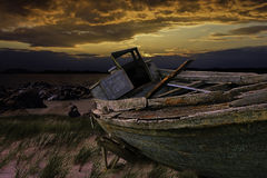 gammal träfiskebåt på solnedgången arkivbild