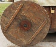 Gammal trähjul och hänglås Royaltyfria Foton