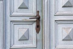 Gammal träingångsdörr med det antika dörrhandtaget Royaltyfri Bild