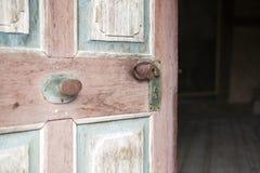 Gammal träingångsdörr med det antika dörrhandtaget Royaltyfri Fotografi