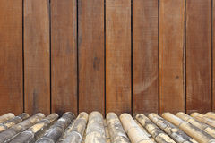 Gammal träinterior med bambujordning Arkivfoto