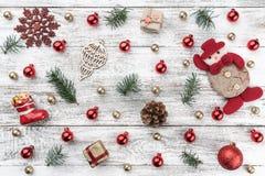 Gammal träjulbakgrund Red och guldbaubles branches kottegran Xmas-objekt fotografering för bildbyråer