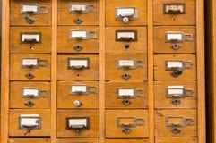 Gammal träkortkatalog arkivbilder