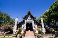 Gammal träkyrka av Wat Lok Molee royaltyfria bilder