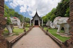 Gammal träkyrka av Wat Lok Molee, Chiangmai, Thailand fotografering för bildbyråer