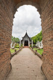 Gammal träkyrka av Wat Lok Molee, Chiangmai, Thailand royaltyfri foto