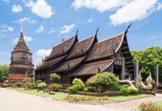 Gammal träkyrka av Wat Lok Molee, Chiangmai, Thailand royaltyfri fotografi