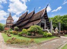 Gammal träkyrka av Wat Lok Molee, Chiangmai, Thailand royaltyfria bilder