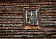 Gammal träkyrka för fönster som byggs av Arkivfoto