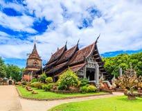 Gammal träkyrka på Wat Lok Molee royaltyfria bilder