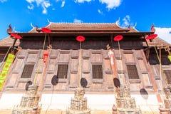 Gammal träkyrka på Wat Phan Tao, Thailand royaltyfri fotografi