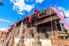 Gammal träkyrka på Wat Phan Tao, Thailand arkivbilder