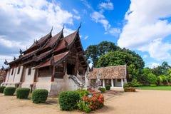 Gammal träkyrka på Wat Tonkain arkivbilder