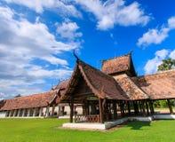 Gammal träkyrka på Wat Tonkain arkivfoto