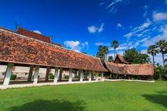 Gammal träkyrka på Wat Tonkain royaltyfri fotografi