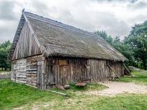 Gammal träladugård i Kluki, Polen Arkivfoton