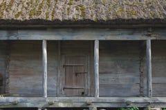 Gammal träladugård med det halmtäckte taket Arkivfoto