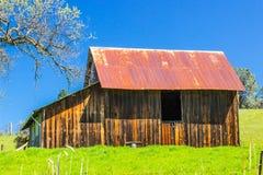Gammal träladugård med Rusty Tin Roof Royaltyfria Bilder