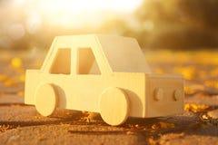 gammal träleksakbil på vägen utomhus i parkera på solnedgången nostalgi och enkelhetsbegrepp arkivfoton