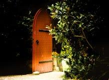 Gammal trämassiv öppen dörr som ingången till sagan royaltyfri fotografi