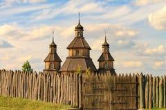 Gammal träortodox kristen kyrka av Zaporizhzhya kosackar på ön av Khortytsya i den ukrainska staden av Zaporozhye royaltyfri fotografi