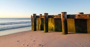 Gammal träpir på stranden Royaltyfri Fotografi