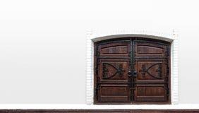 Gammal träport i den vita väggen arkivfoton